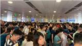 'Vỡ trận' ở sân bay Tân Sơn Nhất, nhiều người 'vã mồ hôi' chờ check-in trước kỳ nghỉ lễ kéo dài