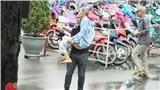Khoảnh khắc chàng thanh niên bế người cha già đi khám bệnh khiến nhiều người xúc động