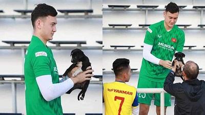 Hậu trường King's Cup 2019: Chú cún con đi lạc vào sân tậpđược thầy trò HLV Park Hang Seo thay nhau bế bồng