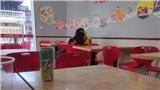 Cặp đôi trẻ vô tư ôm ấp, hôn hít trong cửa hàng tiện lợi khiến dân mạng tranh cãi