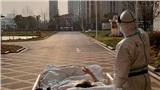 Khoảnh khắc ấm lòng giữa mùa dịch: Bác sĩ cùng bệnh nhân nhiễm Covid-19 ngắm hoàng hôn sau 1 tháng 'không nhìn thấy ánh mặt trời'