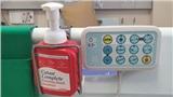 Nước rửa tay khan hiếm, người dân ở Anh lén vào bệnh viện ăn trộm của bệnh nhân