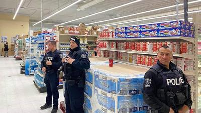 Cảnh sát Canada tăng cường an ninh, bảo vệ giấy vệ sinh ở các siêu thị
