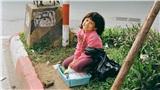 Khoảnh khắc côbé bán hàng rong nở nụ cười rạng rỡ khi được người lạ qua đường chụp hình 'hút' nghìn like
