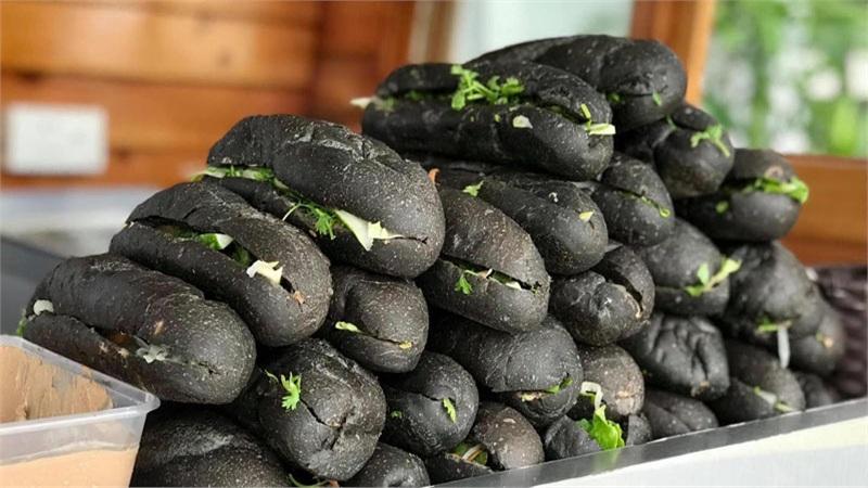 Giới trẻ phát 'sốt' với bánh mì đen như than ở Quảng Ninh