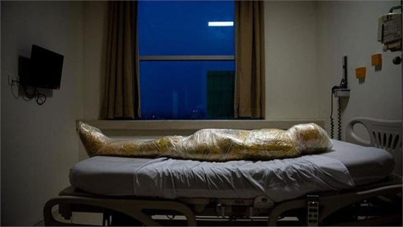 Nạn nhân tử vong vì Covid-19 bị quấn băng dính kín người như xác ướp gây ám ảnh