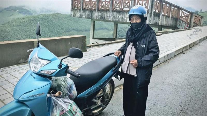 Gặp cụ bà 90 tuổi cùng cháu gái 'vi vu' Sapa bằng xe máy