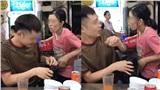 Nhóm người 'mượn' cô gái bán hàng rong 'thơm má' bạn mình rồi cười cợt chọc ghẹo, lập tức bị dân mạng chỉ trích