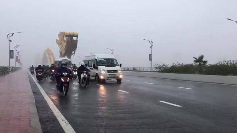 Xúc động khoảnh khắc ô tô chạy chậm, che chắn gió cho xe máy giữa trời mưa bão ở Đà Nẵng