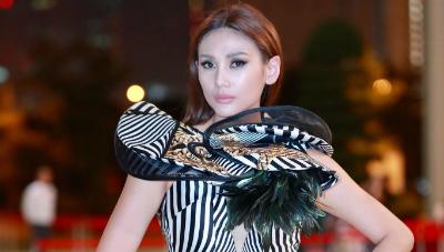 Thảm đỏ ngày đầu VIFW 2018: Nguyệt 'thảo mai' dịu dàng đến lạ, Võ Hoàng Yến mặc kín vẫn sexy