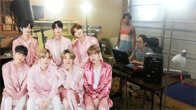 Chuỗi ảnh thời BTS còn 'vô danh' gợi nhớ tới câu nói của Sơn Tùng: 'Muốn ngồi ở vị trí không ai ngồi được, phải chịu cảm giác không ai chịu được'