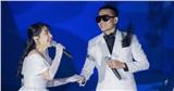 Wowy diện vest trắng bảnh bao, thể hiện ca khúc mở màn cực ngọt ngào trong show diễn thời trang