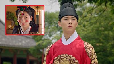 'Biệt đội hoa hòe: Trung tâm mai mối Joseon' tập 2: Seo Ji Hoon chính thức lên ngôi vua, chuyện tình với Gong Seung Yeon chấm dứt từ đây?