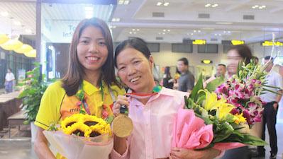 Mẹ VĐV Bùi Thị Thu Thảo - HCV điền kinh đầu tiên lịch ASIAD sử xúc động chờ đón con