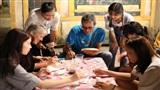 Theo chân du khách nước ngoài tham gia trải nghiệm Tết Trung thu Việt thời bao cấp