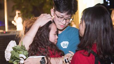 Teen Việt Đức ôm nhau khóc, bịn rịn chia sẻ cảm xúc trong đêm 'Chào 01'