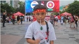Fan nhí 9 tuổi một mình ra phố đi bộ cổ vũ đội tuyển Việt Nam chiến thắng