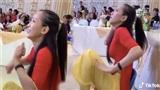 'Cười rụng rốn'với màn hướng dẫn trẻ múa văn nghệ của cô giáo mầm non