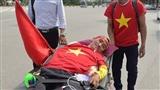 CĐV đặc biệt: Liệt cả chân tay, nằm giường vẫn vượt 500km đến Mỹ Đình tiếp lửa ĐT Việt Nam