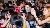 Fan chen lấn xô đẩy để được chạm vào Noo Phước Thịnh sau show diễn ở Nhật Bản