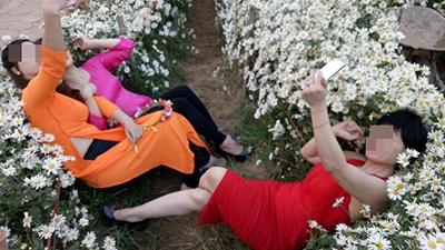 Tự sướng phong cách 'phá nát' cúc họa mi, 3 người phụ nữ bị lên án dữ dội