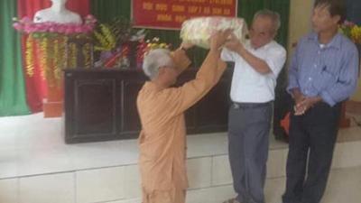 Xúc động với hình ảnh người học trò hơn 70 tuổi quỳ gối tặng quà cho thầy giáo cũ nhân ngày họp lớp