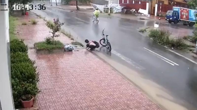 Gia cảnh khó khăn của cậu trò nhỏ dùng tay không nhặt sạch rác khơi thông cống giữa cơn mưa