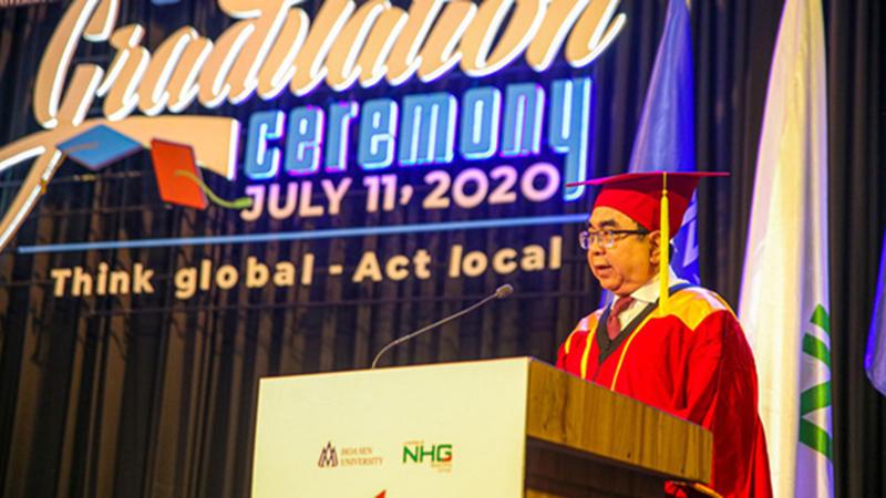 Hiệu trưởng phát biểu bằng 3 ngôn ngữ Việt - Anh - Pháp trong lễ tốt nghiệp, sinh viên trường được phen 'phổng mũi'