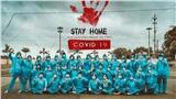 Không cầu kỳ, lớp học mặc đồ bảo hộ, đeo khẩu trang, thực hiện bộ ảnh kỷ yếu phòng Covid-19 cực ý nghĩa!