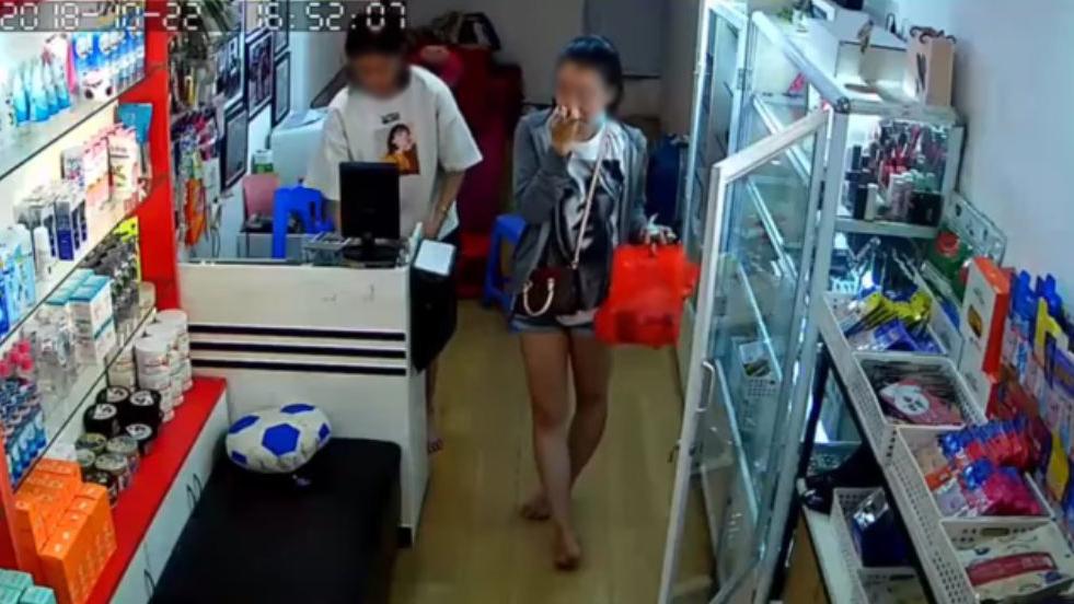 Cô gái 'cầm nhầm' tiền khi mua hàng, hành động vô tình hay cố ý?