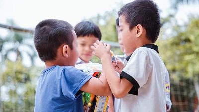 Nụ cười của những trẻ em có HIV: 'Ta hay chê rằng cuộc đời méo mó/ Sao ta không tròn ngay tự trong tâm?'