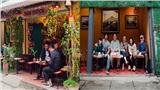 Khách du lịch nườm nượp ghé thăm xóm đường tàu, nhiều quán cafe tiếp tục mở cửa bất chấp nguy hiểm