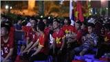 Không khí trận đấu Việt Nam - Thái Lan tại Hà Nội: Người dân phủ đỏ quán cà phê của Dũng 04 cổ vũ các chiến binh