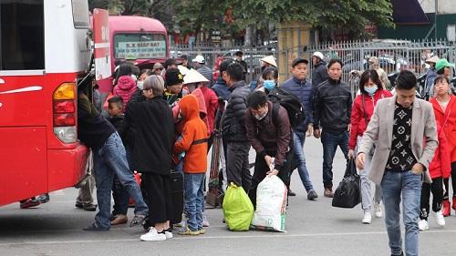 Bến xe Giáp Bát sau Tết: Người dân tứ xứ 'tay xách nách mang', Thủ đô trở lại với nhịp sống tấp nập