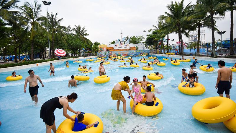 Công viên nước hồ Tây mở cửa trở lại: Người dân đến vui chơi 'xả' cái nóng đầu hè