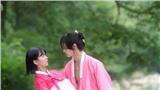 'Tiểu Sử Chàng Nok Du' tập 5 - 6: Jang Dong Yoon vừa khoe múi vừa múa quạt, 'đứng trơ' nhìn Kim So Hyun bị tên quý tộc vô lại bắt làm vợ