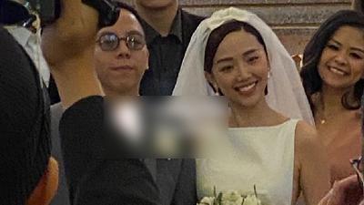 Cận cảnh cô dâu xinh đẹp Tóc Tiên cười rạng rỡ bên chú rể Hoàng Touliver trong nhà thờ làm lễ cưới