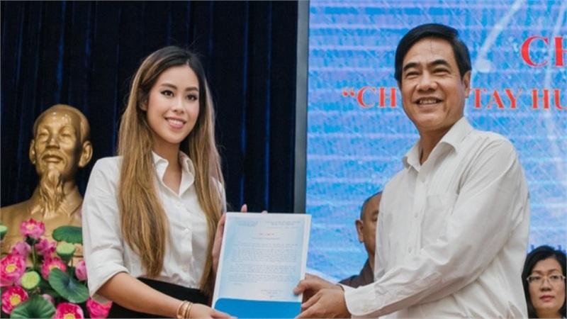 Gia đình tỷ phú Johnathan Hạnh Nguyễn trao tiền hỗ trợ miền Trung và 13 gia đình cán bộ gặp nạn ở Rào Trăng 3
