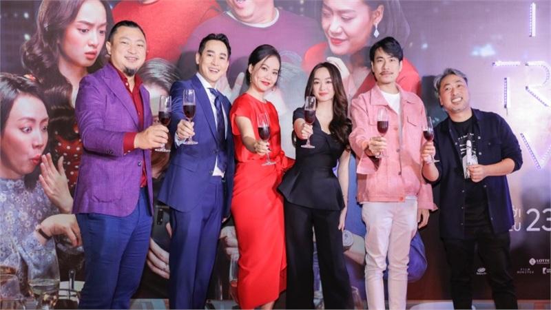 Dàn sao 'Tiệc Trăng Máu' rực rỡ trên tham đỏ họp báo ra mắt phim tại Hà Nội