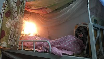 Đêm hè Hà Nội 38 độ, bạn cùng phòng quá sốc khi thấy cô gái bật đèn sưởi, đắp chăn bông đi ngủ để... tránh rét