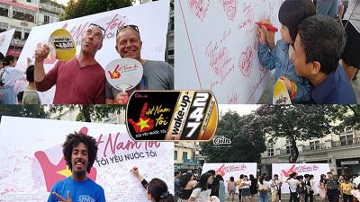 5.000 chữ ký phủ kín 2 tấm pano lớn, người dân và khách du lịch hào hứng ủng hộ chiến dịch 'Việt Nam tôi'