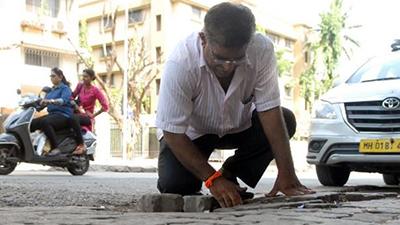 Người đàn ông Ấn Độ lấp 600 ổ gà trong thành phố sau khi con trai mất mạng vì điều này