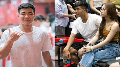 Đức Chinh sánh bước cùng bạn gái Quang Hải đi xem bóng rổ, lại còn tung quà tặng người hâm mộ