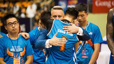Cầu thủ và CĐV Hanoi Buffaloes ôm nhau khóc chia tay HLV Todd Purves sau trận thắng đầu tiên trên sân nhà