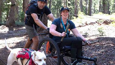 Trên chiếc xe lăn, cô gái khuyết tật chinh phục đỉnh núi cao hơn 4.000m