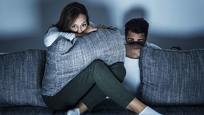 Tác dụng bất ngờ của phim kinh dị: Giúp các cặp đôi có cuộc sống tình cảm bền lâu, hạnh phúc hơn