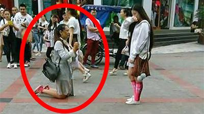 Cô gái quỳ giữa đường cầu hôn người yêu, câu nói của cô khiến nhiều người cảm động
