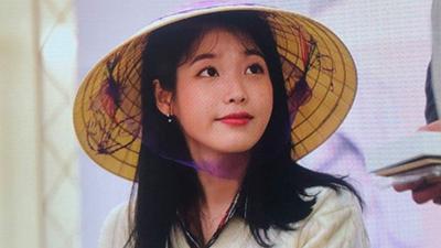 Fan Việt lặn lội sang Hàn Quốc tặng 'nón lá', IU phản ứng đáng yêu hết nấc