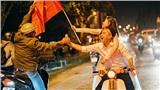 Cặp đôi Đà Lạt chụp ảnh cướiđúng ngày Việt Nam vô địch: 'Không make-up, chỉ có con xe cub cứ vậyleo lên đi bão luôn thôi'