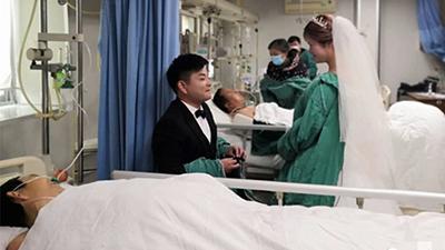 Đám cưới diễn ra vỏn vẹn 10 phút trong phòng điều trị đặc biệt khiến nhiều người xúc động